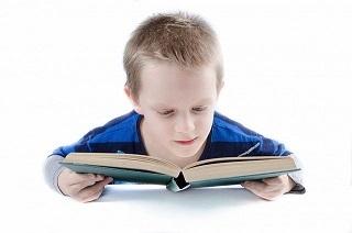 Niño leyendo un diccionario