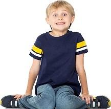 Niño sentado en W